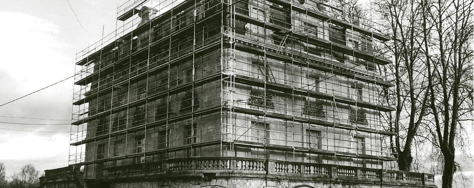 Photo ancienne de 1927 : restauration de façade du château
