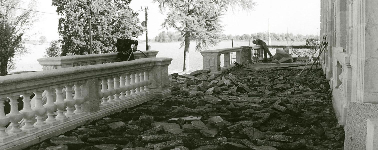 Photo ancienne de 1927 : restauration de la terrasse du château Grattequina