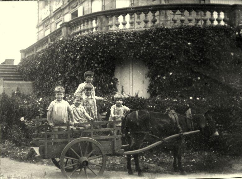 Photo ancienne de 1927 : enfants en calèche devant le Château