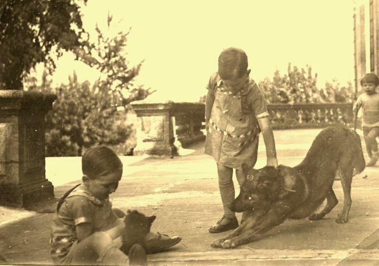 Photo ancienne de 1927 : enfants jouant sur la terrasse du Château